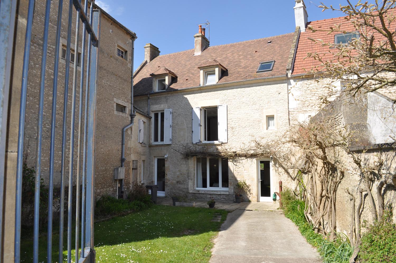 Belle maison en pierre avec jardins et garage